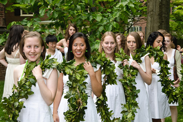 2009 Seniors with the Laurel Chain (Courtesy of Mount Holyoke College)